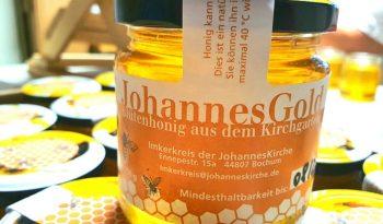 """Glas mit Honig, Aufschrift: """"JohannesGold"""""""